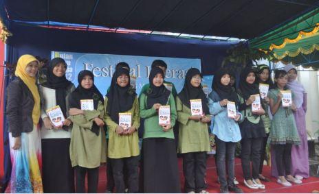 Anak-anak SMC angkatan 4 dengan bukunya yg dilaunching